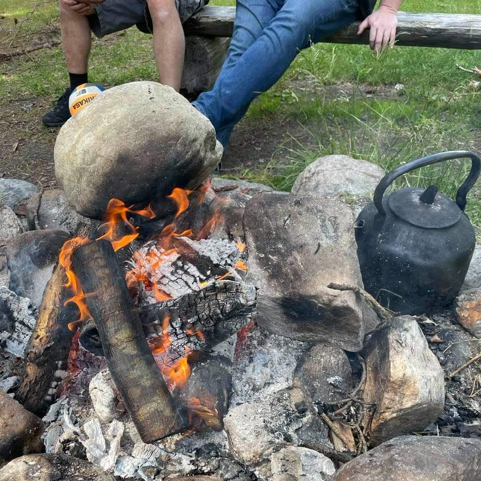 Grilling og kaffekos på Skogvoktergården etter turen